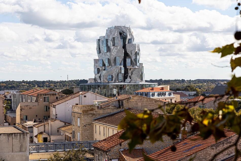 Der Luma Foundation Turm ragt über den Dächern der Stadt Arles.