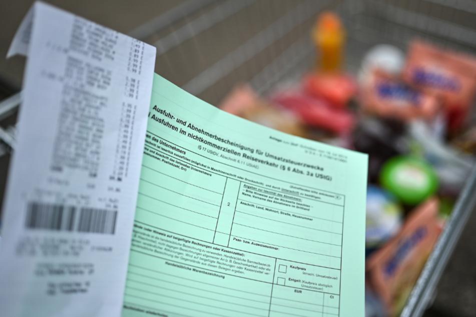 Ein Ausfuhrschein samt Rechnung liegt auf einem Einkaufswagen. Wegen der Corona-Krise können Schweizer Einkaufstouristen seit März 2020 nicht mehr so einfach in der deutschen Grenzregion einkaufen.