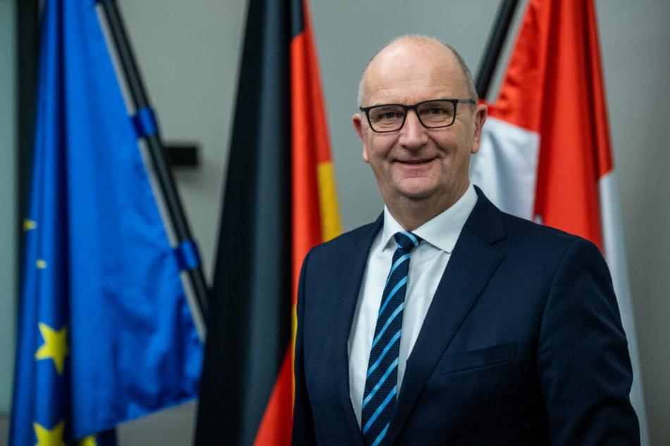 Dietmar Woidke (59, SPD), Ministerpräsident von Brandenburg, steht in der Staatskanzlei des Landes Brandenburg in seinem Büro.