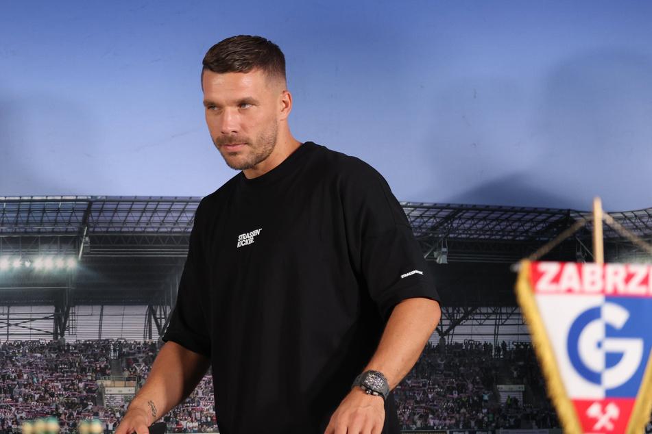 """Listig gucken kann er schon mal: Lukas Podolski (36) könnte in der kommenden Staffel """"Alarm für Cobra 11"""" einen Bösewicht spielen - zumindest, wenn es nach Schauspieler Erdogan Atalay (54) geht."""