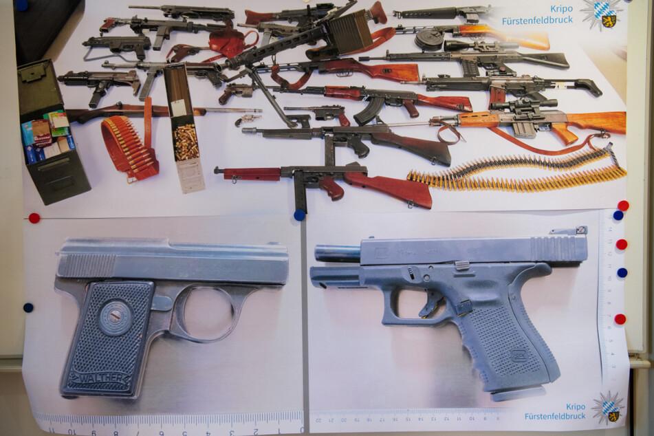 Dieses Waffenarsenal fanden die Ermittler bei dem 20-jährigen Angeklagten. Mit den beiden Pistolen (unten) wurde der Sohn und seine Eltern getötet.