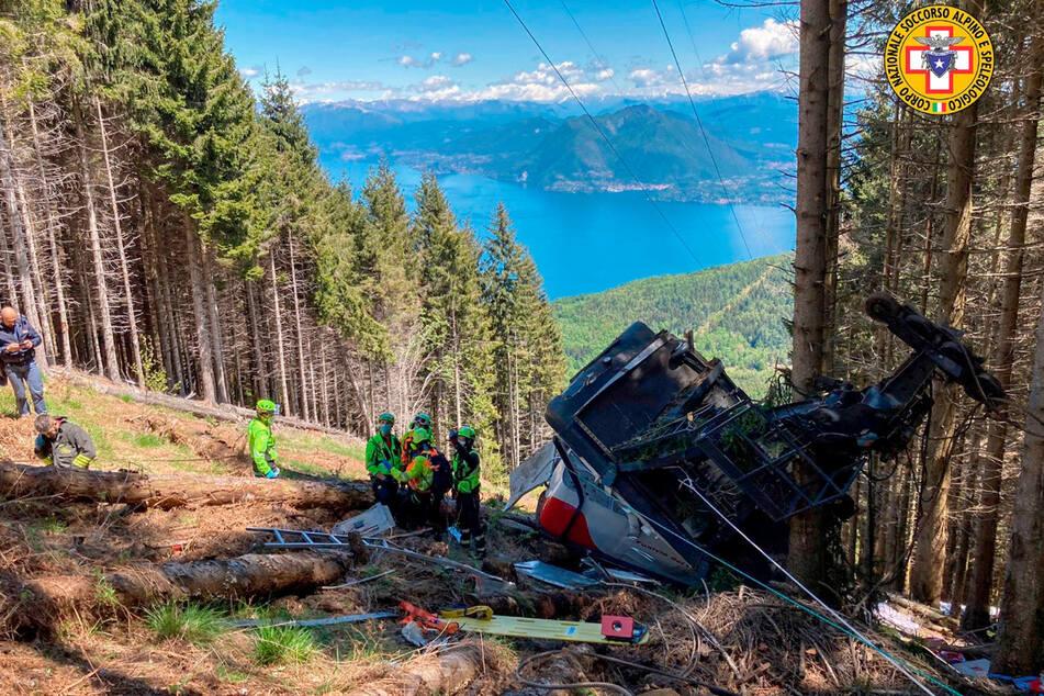 Retter arbeiten am Wrack der Gondel, die in der Nähe des Gipfels der Stresa-Mottarone-Linie in der Region Piemont am 23. Mai abstürzt war.