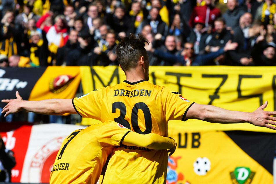 So haben die Dynamo-Fans geliebt: Stefan Kutschke (32) jubelt nach einem Treffer für Dresden und wird dabei von Niklas Kreuzer (28, l.) umarmt.