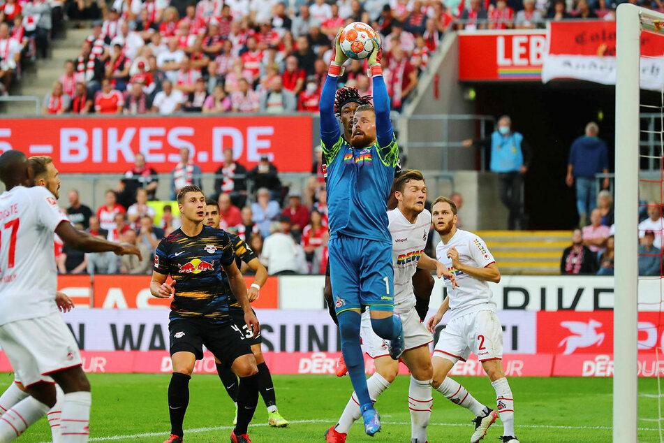 Kölns Keeper Timo Horn (blaues Trikot) musste in der ersten Halbzeit mehrmals brenzlige Situationen entschärfen.