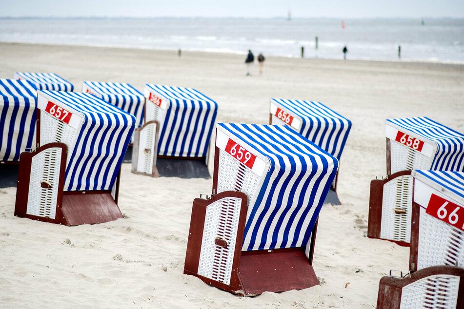Noch stehen die Strandkörbe an der Nordseeküste leer.