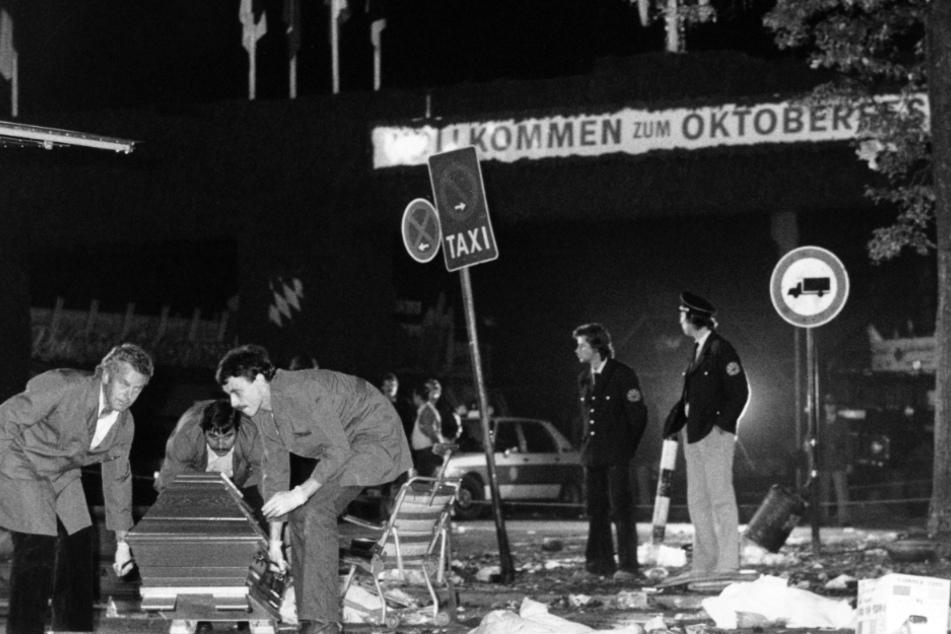 Ein Sarg wird vom verwüsteten Tatort beim Oktoberfest weggetragen. (Archiv)