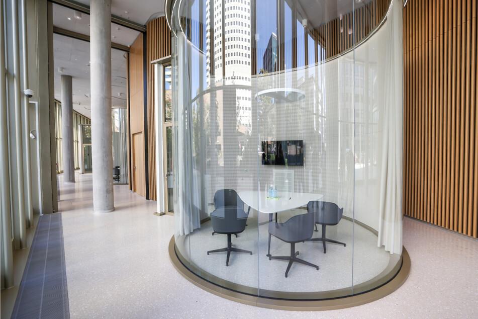 Gläserne Transparenz – so sehen die Besprechungsräume aus, die für Kundengespräche gedacht sind.