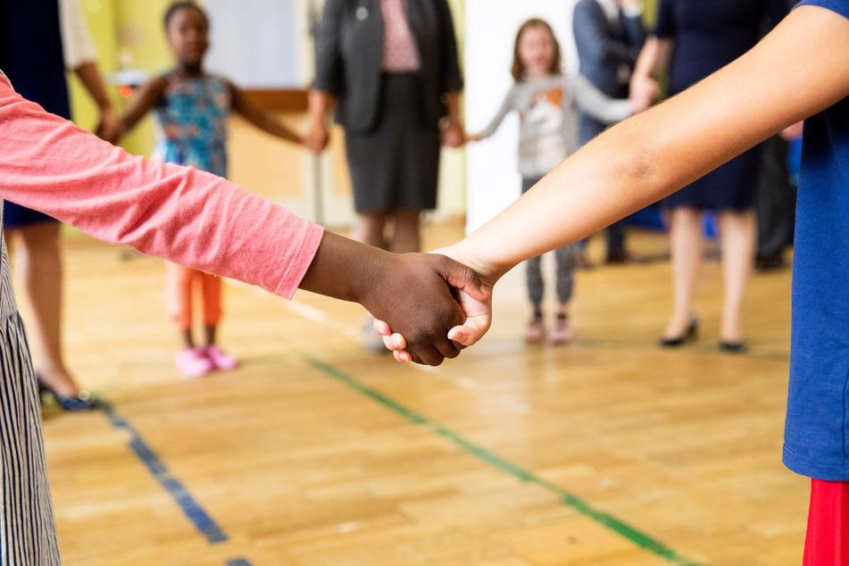 Abstände lassen sich nicht immer vermeiden bei Pädagogen. Deshalb werden regelmäßige Tests empfohlen.