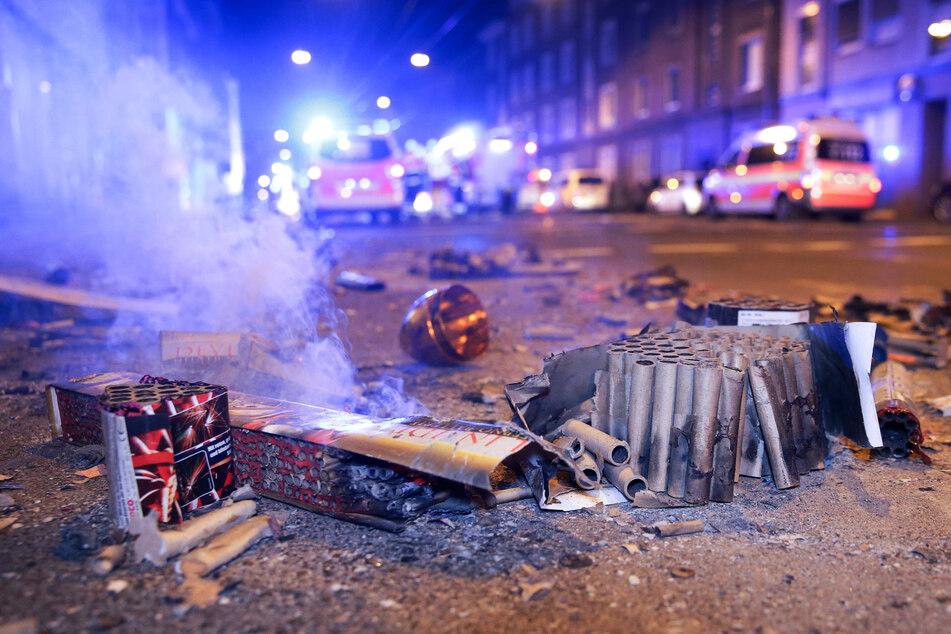 Abgebrannte Böller liegen nach der Silvesternacht auf einer Straße.