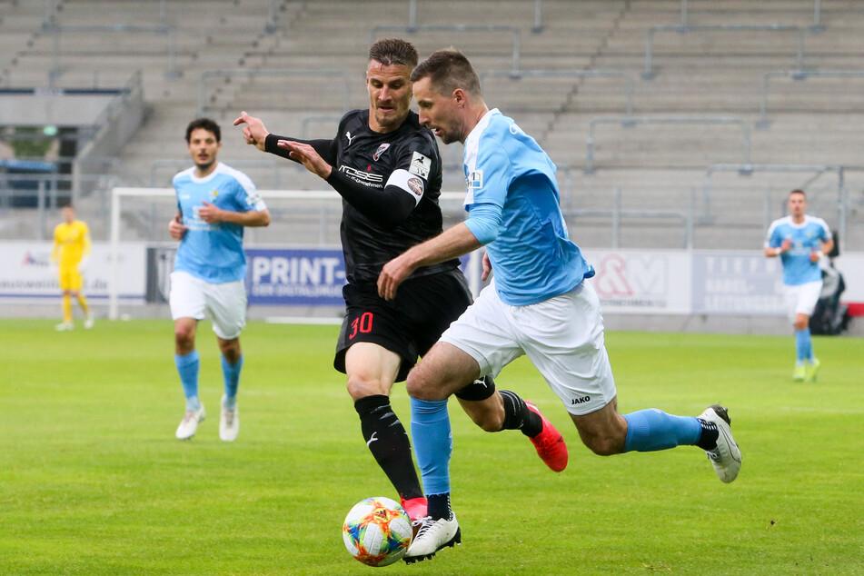 CFC-Abwehrspieler Sandro Sirigu im Zweikampf mit Stefan Kutschke (Ingolstadt).