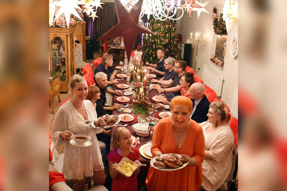 Am Abend werfen sich dann alle zum traditionellen Weihnachtsessen in Schale.