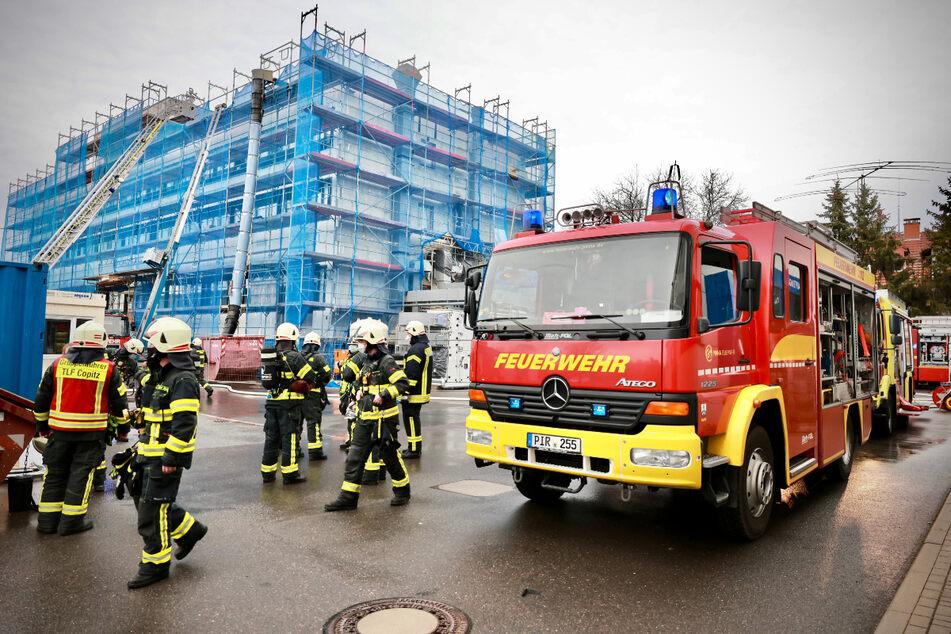 Dach von Batteriefirma brennt: 39 Kameraden im Einsatz!