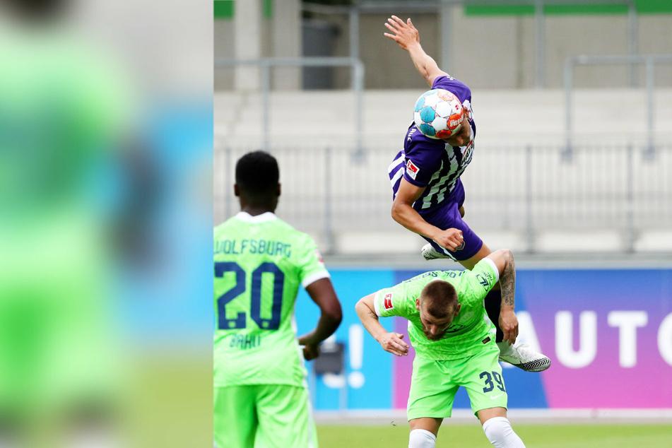 """Dirk Carlson (23) steigt im Test gegen Wolfsburg dem VfLer Ole Pohlmann beim Kopfball """"aufs Dach""""."""