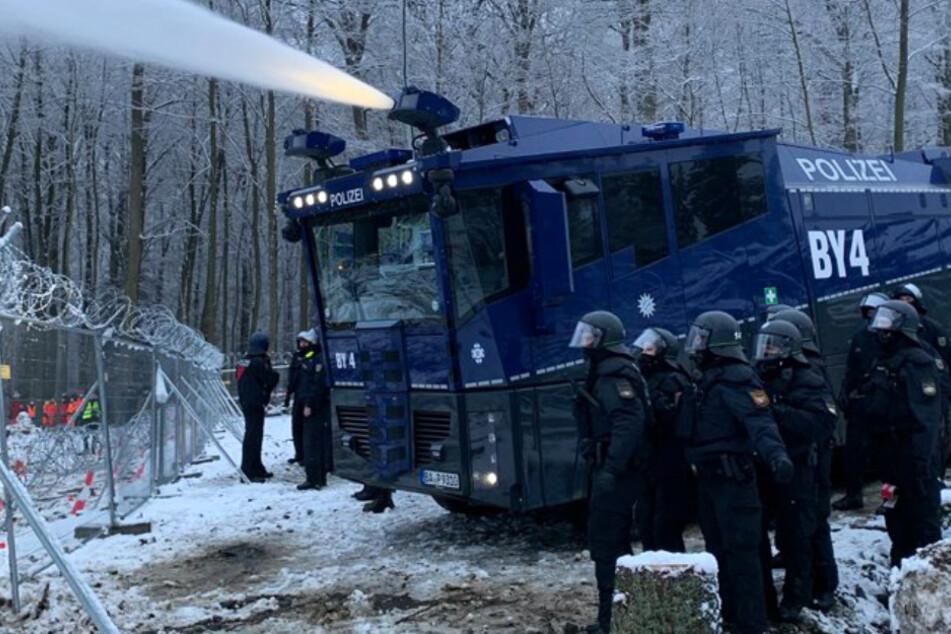 Protest im Dannenröder Forst: Polizei setzt Wasserwerfer ein