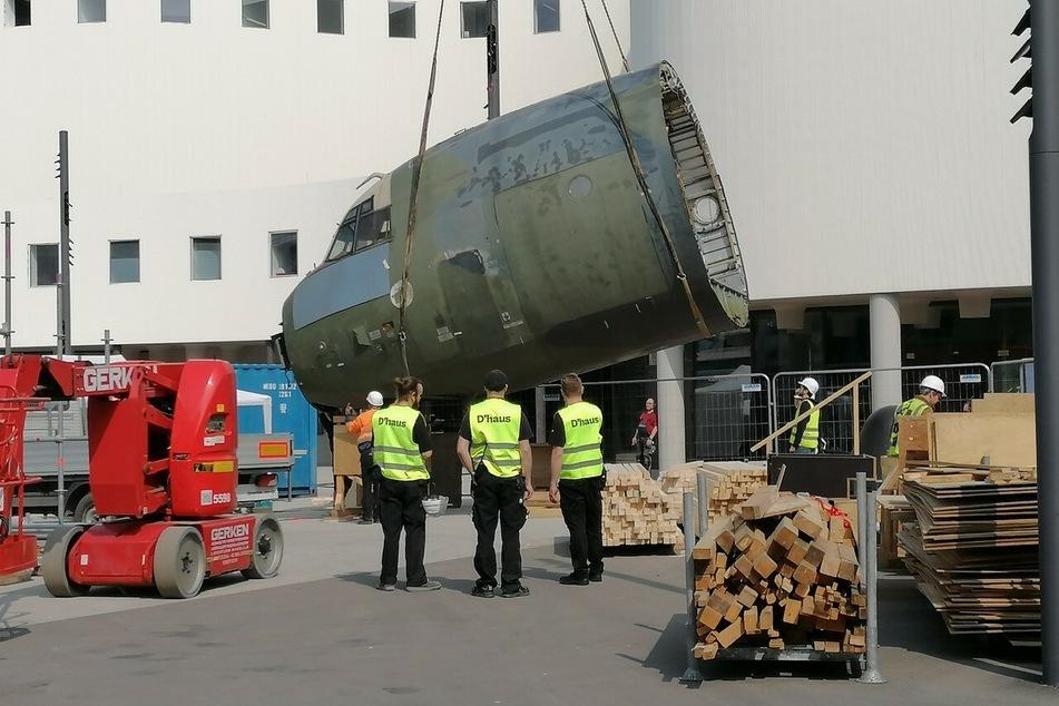 Teile einer abgewrackten Transall der Bundeswehr werden vor dem Schauspielhaus in Düsseldorf angeliefert. Sie sind Teil einer Kunstaktion.