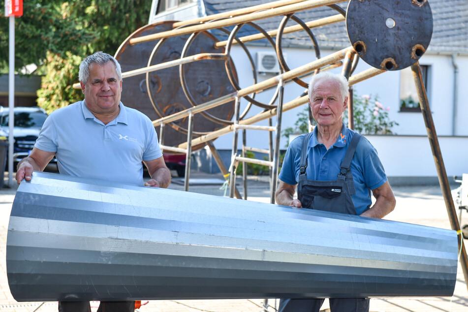 Einfach spitze! Handwerksmeister Holger Krüger (61, l.) baut mit seinem Mitarbeiter Martin Huth (76) in Zeithain eine große Kletter-Rakete für die Kinder zusammen.