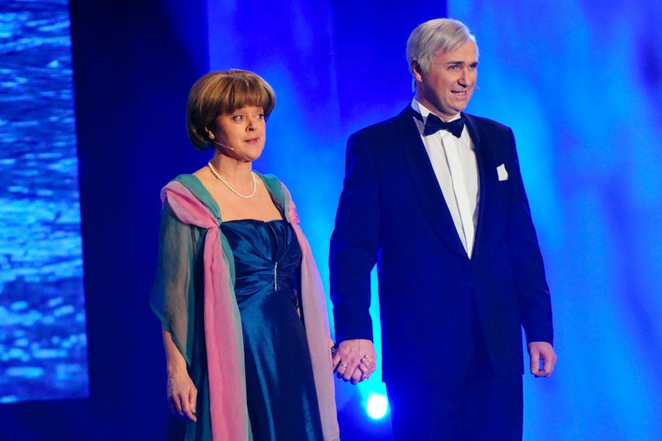 """Die Schauspieler Corinna Duhr (63) als Angela Merkel und Wolfgang Krebs (55) als Horst Seehofer beim traditionellen """"Politiker-Derblecken"""" auf dem Münchner Nockherberg. (Archivbild)"""