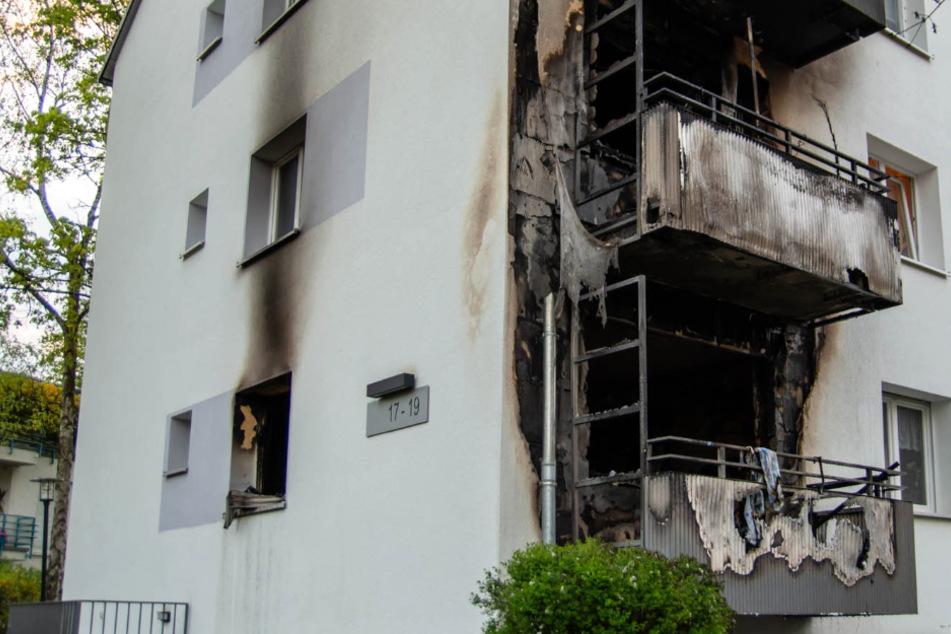 Das Foto zeigt die durch die Flammen zerstörten Balkone.