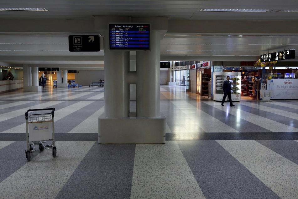 Ein Mann geht durch eine fast menschenleere Ankunftshalle am Rafik Hariri Flughafen in Beirut.