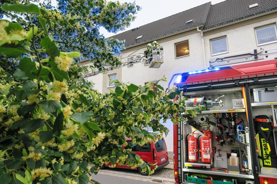 Passanten hatten in der Lindenstraße in Aue Rauch aus einem Fenster kommen sehen und die Feuerwehr gerufen.