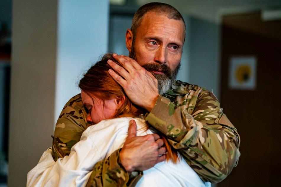 Große Trauer nach dem Tod der Frau bzw. Mutter: Markus (Mads Mikkelsen, 55) tröstet seine Tochter Mathilde (Andrea Heick Gadeberg, 22), ist mit der komplexen Situation jedoch selbst überfordert.