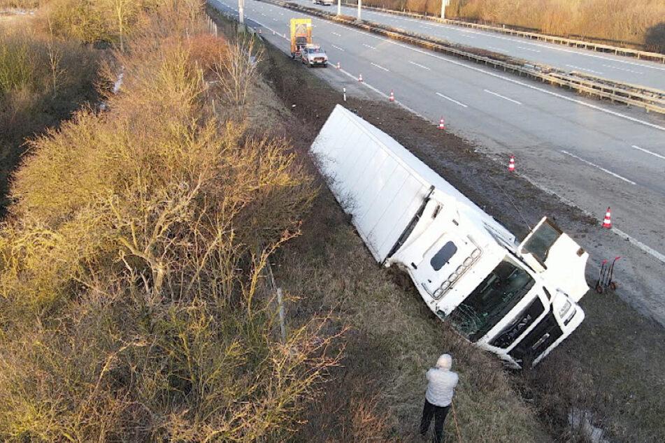 Unfall auf der A2: Lastwagen landet im Graben und kippt um