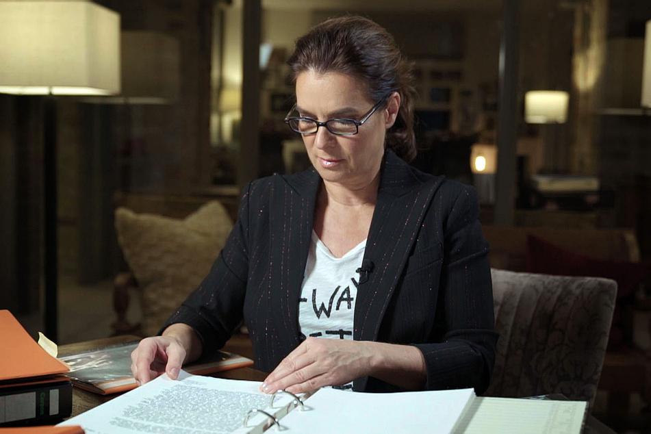In der Doku gibt es die emotionale Reise in Katarina Witts Vergangenheit. Hier beim Blick in ihre Stasi-Akte.