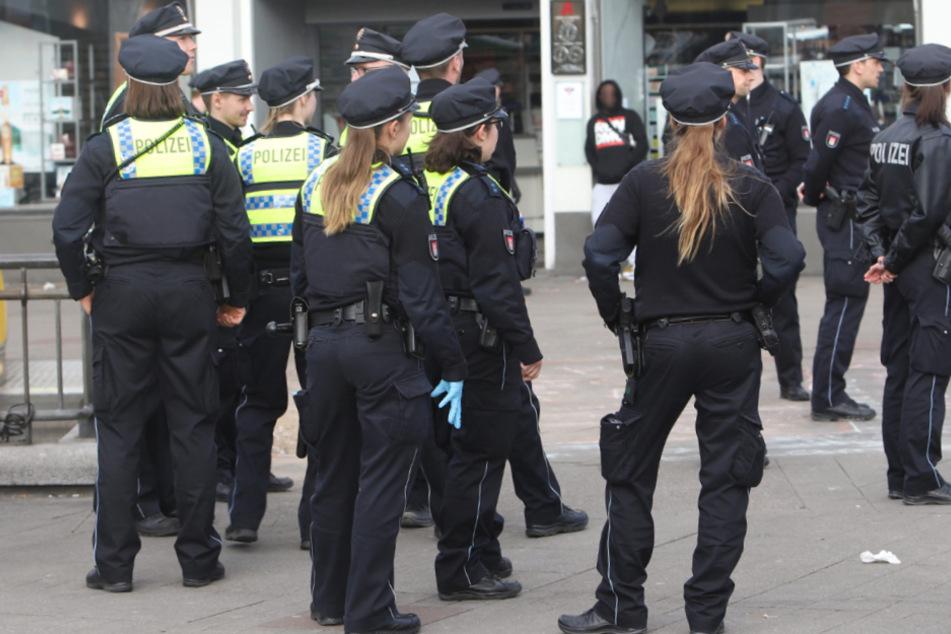 Die Polizei stellte mehrere Platzverweise aus.