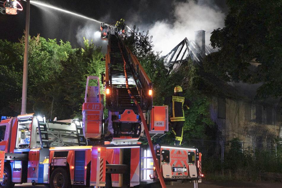 Der Dachstuhl eines Gebäudes des historischen Oberforsthauses in Frankfurt ist am Donnerstagabend komplett abgebrannt.