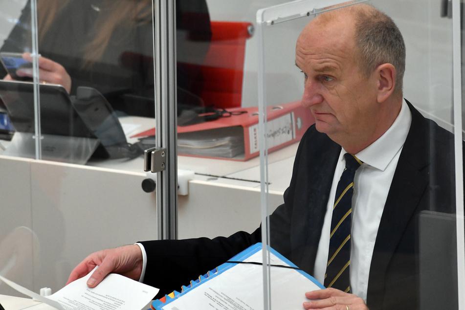Dietmar Woidke (59, SPD), Ministerpräsident Brandenburg, verfolgt eine Debatte.