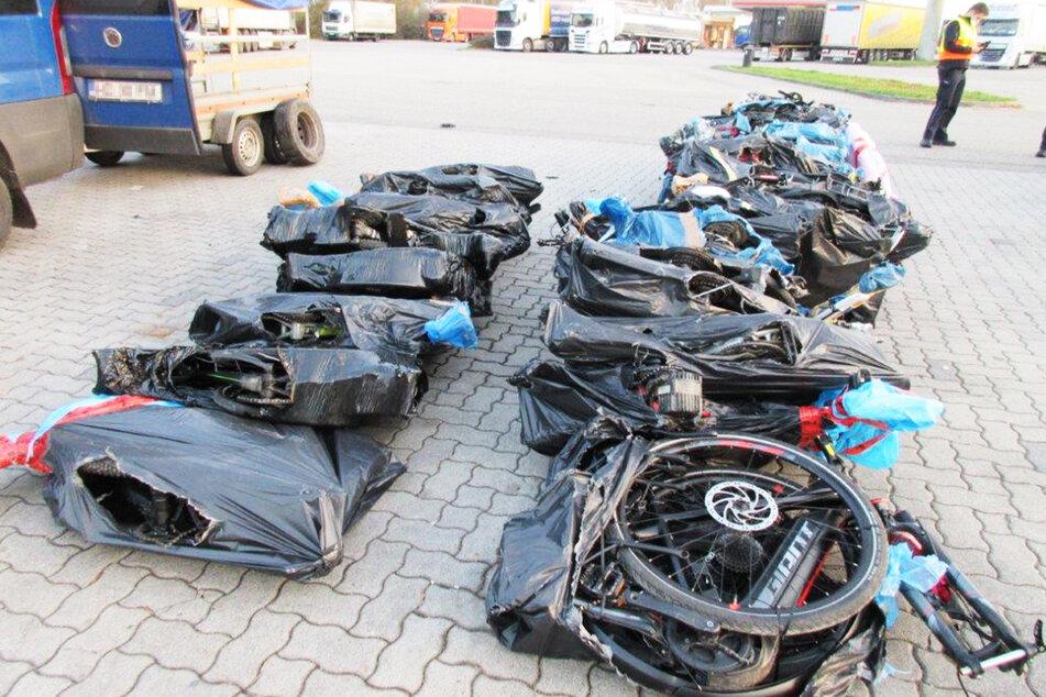 37 Fahrräder, die zerlegt in schwarze Folie eingepackt wurden, sollten außer Landes geschafft werden.