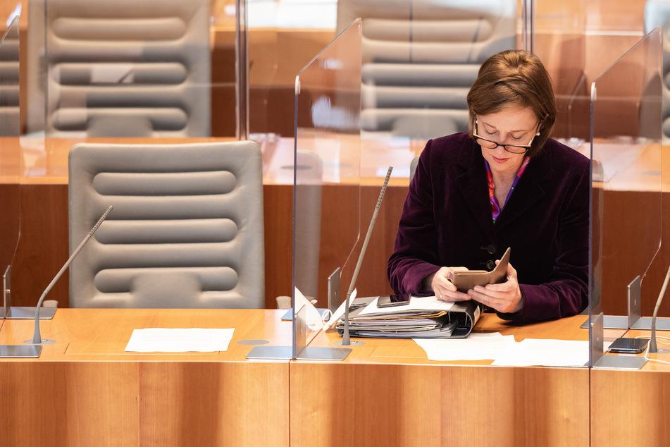 Laut Schulministerin Yvonne Gebauer (FDP) wird die Maskenpflicht an NRW-Schulen ab Montag verschärft.