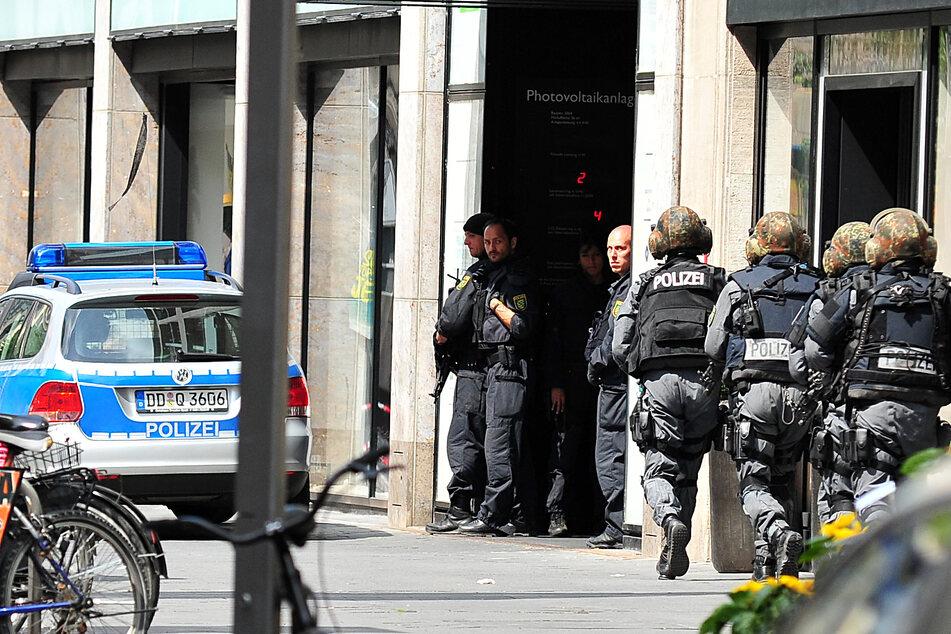 Das SEK rückt 2010 in Leipzigs Innenstadt zur H&M-Filiale vor, wo ein bewaffneter Geiselnehmer Angestellte und Kunden in seine Gewalt gebracht hat - solche Einsätze werden fortan aus der XXL-Zentrale geführt.