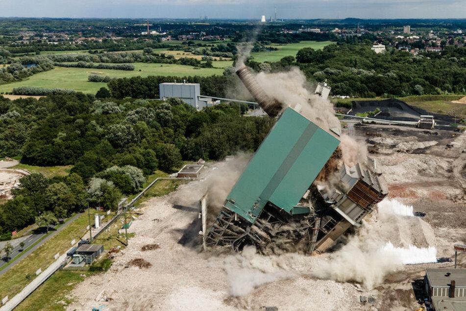 Auf dem Gelände des ehemaligen Steag-Kraftwerks fallen ein Schornstein, ein Bunkerschwerbau und ein Kessel bei der Sprengung am Samstag in sich zusammen.