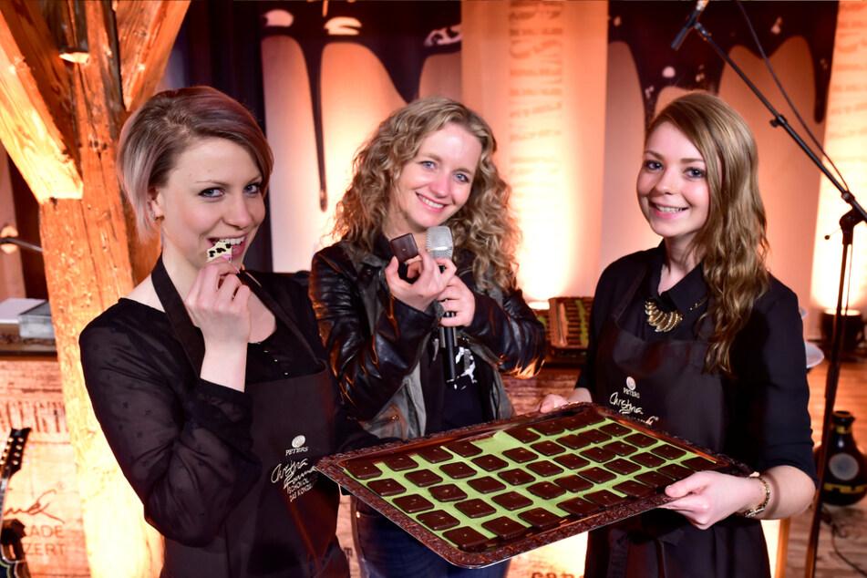 Die Schokoladenmädchen Sabrina Nötzel (22) und Agnes Wagner (24) mit Sängerin Christina Rommel (M.) beim Schokoladenkonzert im Wasserschloss Klaffenbach.