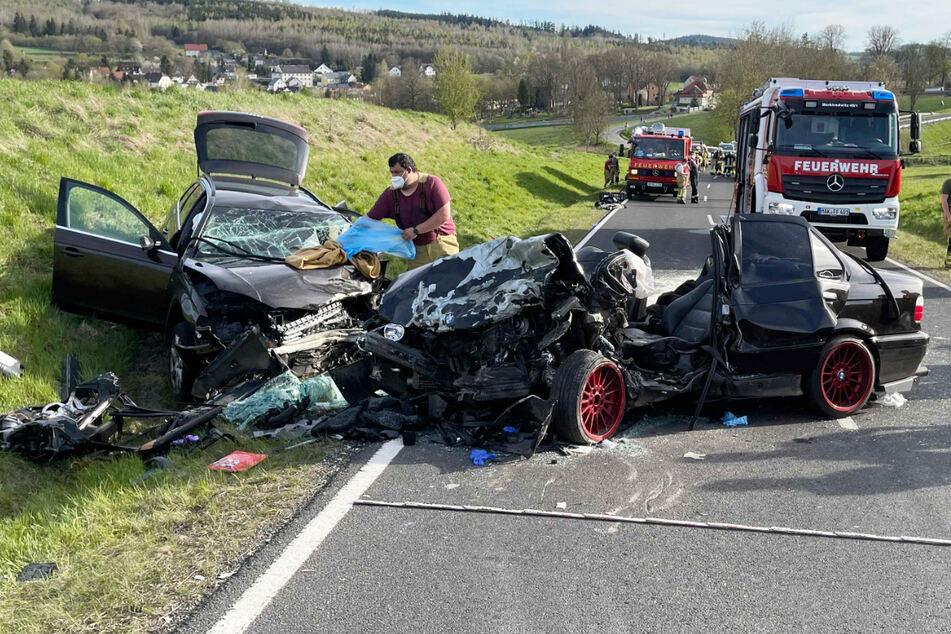 Bei einem Frontalzusammenstoß zweier Autos in Oberfranken ist in Bayern ein 31-Jähriger gestorben.