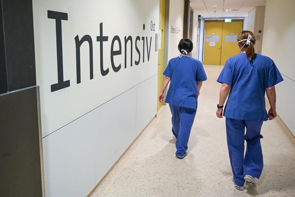 Nur der Anfang? Krankenhäuser schränken wegen der stark steigenden Infektionszahlen das Besuchsrecht ein. (Symbolbild)