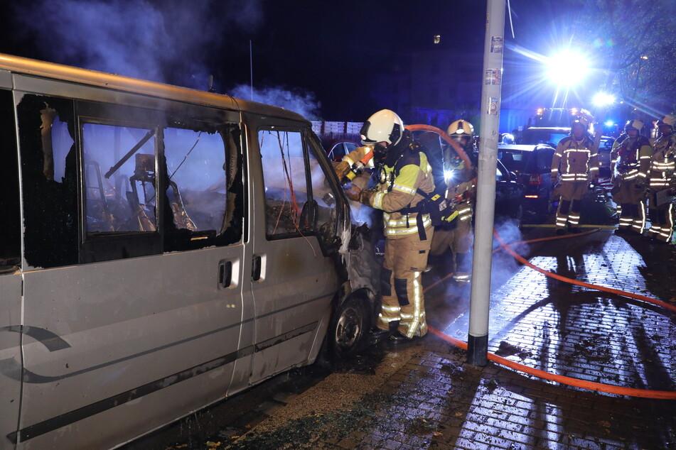 Zunächst mussten die Kameraden in die Tonbergstraße, um dort einen in Brand geratenen Ford Transit zu löschen.