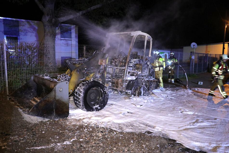 Die Kameraden der Feuerwehr konnten das brennende Fahrzeug löschen.
