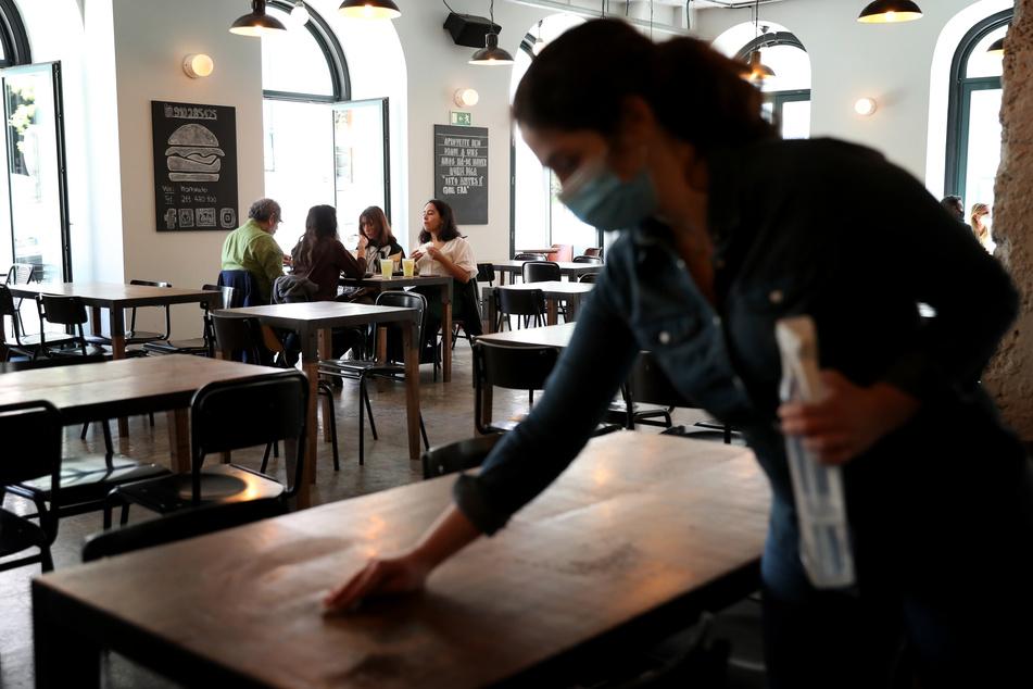 Ein Restaurant in Lissabon, Portugal. Seit Mitte April dürfen Gastronomiebetriebe wie Kneipen, Cafés und Restaurants auch im Innenbereich unter Auflagen wieder Gäste bewirten.