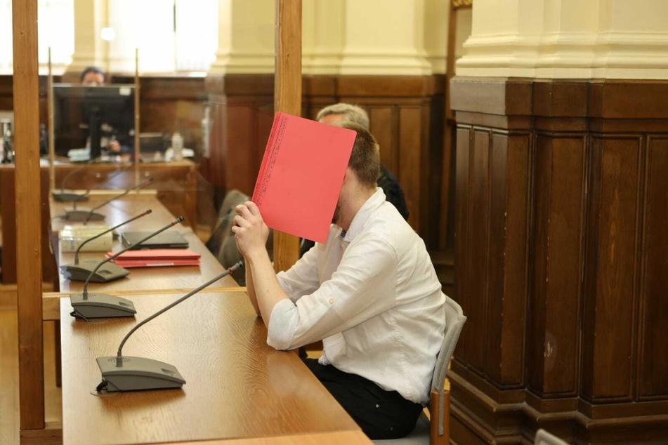 Will erst im August sein Schweigen brechen: Mathematik-Student Ekkehart J. (31) ist wegen Raubmordes angeklagt.