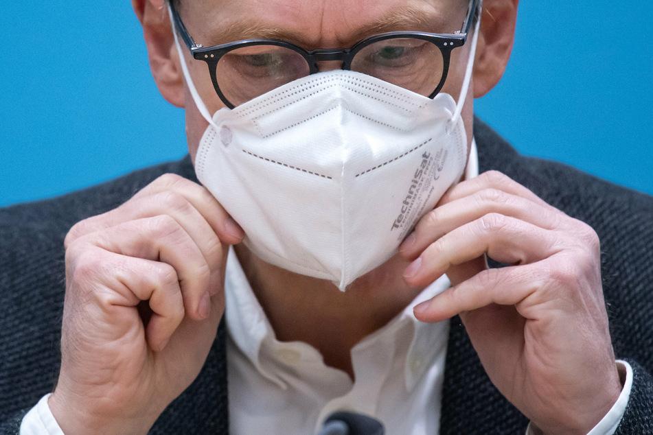 Michael Müller (56, SPD), Regierender Bürgermeister von Berlin, setzt sich am Ende einer Pressekonfere eine FFP2-Maske auf.