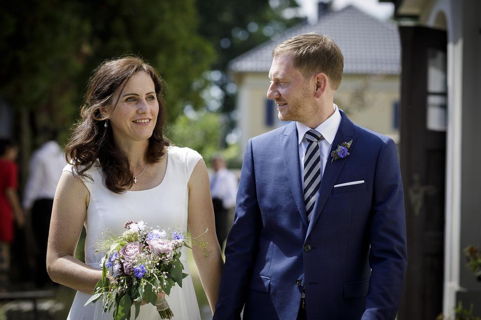 Annett Hofmann trug bei der Trauung ein schlichtes weißes Kleid,von der Dresdner Designerin Dorothea Michalk, ihr neuer Ehemann einen blauen Anzug.