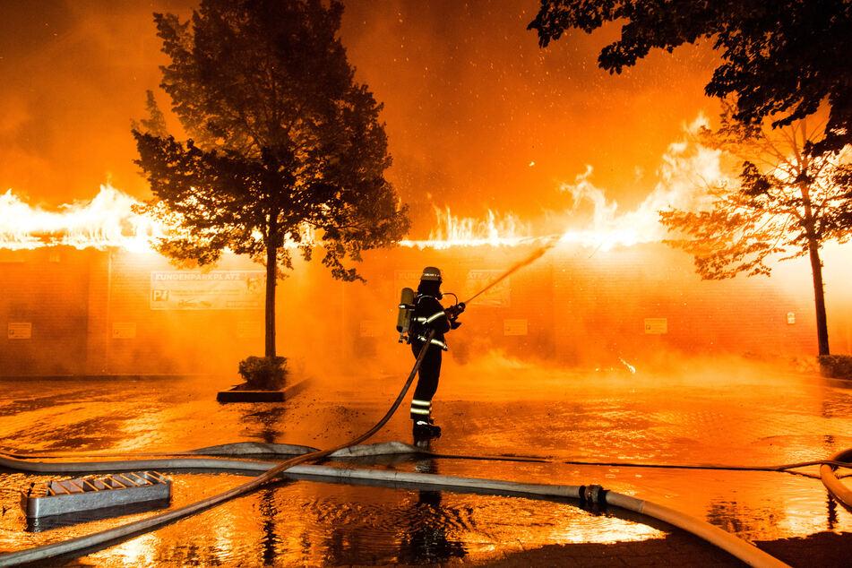 Großbrand in Tier-Fachmarkt: Feuerwehr stundenlang im Einsatz