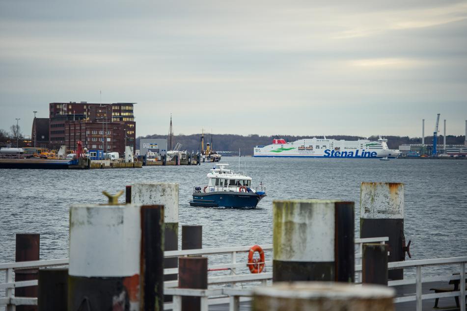Ein Boot der Wasserschutzpolizei fährt durch die Kieler Förde. (Symbolbild)