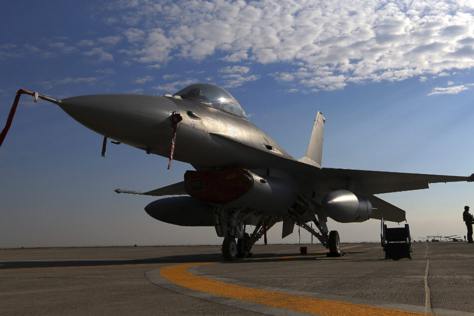 Ein neues Kampfflugzeug der rumänischen Luftwaffe vom Typ F-16 Fighting Falcon, gebaut vom US-Konzern Lockheed Martin, steht auf einem Luftwaffenstützpunkt in Rumänien.