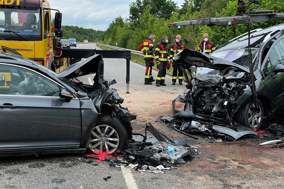 Die beiden Autos stießen frontal gegeneinander.