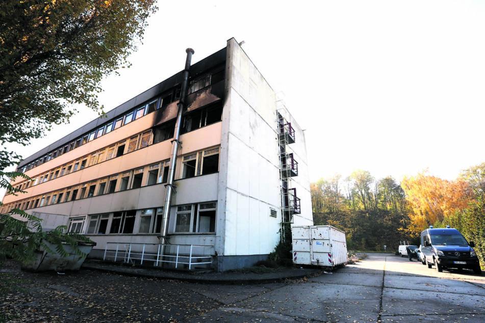 """Im alten, leerstehenden Hotel """"Visa"""" in Cossebaude wurde im Oktober 2015 Feuer gelegt."""