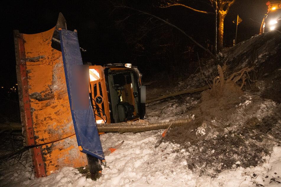 Ein Winterdienst-Fahrzeug kam am Samstagabend von der S221 ab und stürzte die Böschung hinab.