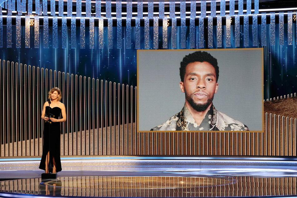 """Schauspielerin Renee Zellweger (51, l.) zeichnet den verstorbenen """"Black Panther""""-Star Chadwick Boseman (†43) posthum mit dem Golden Globe in der Kategorie """"Bester Hauptdarsteller in einem Drama"""" für seine Rolle im Musikfilm """"Ma Rainey's Black Bottom"""" aus."""